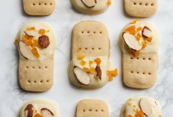 Almond Shortbread Cookies With White Chocolate & Apricot